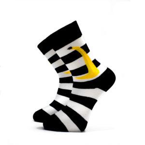 Černo-bílé pruhované ponožky s banánem