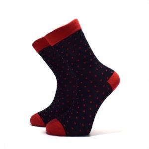Černé ponožky s červenými tečkami