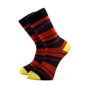 Rudé ponožky s černými pruhy a žlutou patou